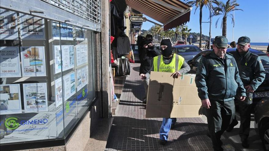 La Guardia Civil registra domicilios y lugares de trabajo en Lloret de Mar (Girona) en el marco de la operación contra la red de blanqueo de capitales procedentes de Rusia.
