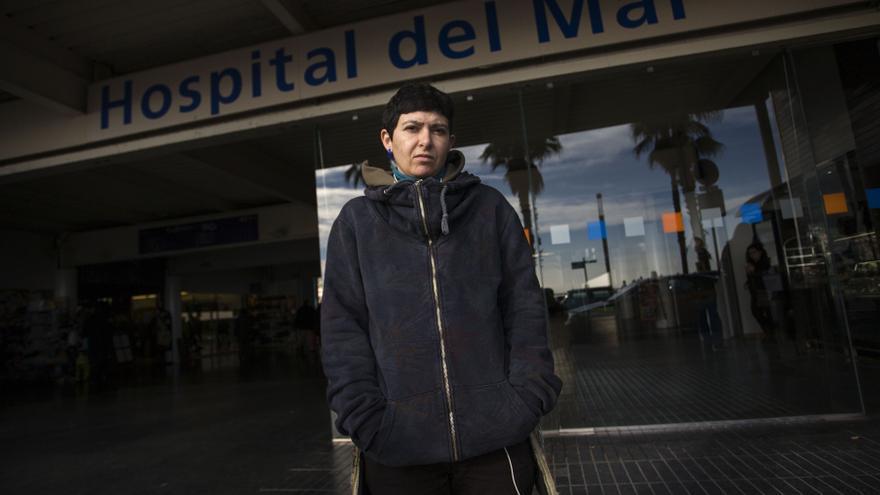 Sabrina Piras delante del Hospital del Mar, donde le pidieron 250 euros por atenderla de urgencia.