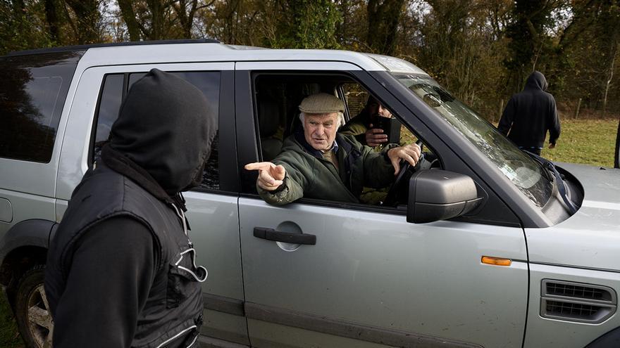 Los cazadores suelen ir acompañados por un grupo de hinchas -los llamados 'supporters'- que intentan impedir que el sabotaje cumpla su cometido. Foto: Tras los Muros