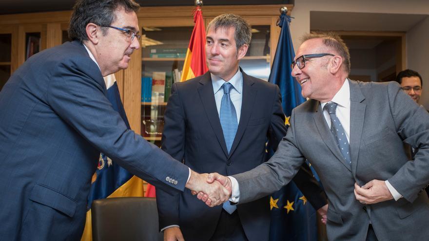 El vicepresidente de la Fundación, José Arnau, junto al presidente de la comunidad autónoma, Fernando Clavijo, y el consejero de Sanidad, José Manuel Baltar.