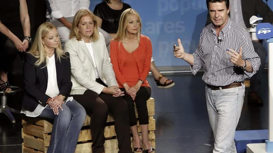 Beatriz Santana, Mercedes Roldós y Australia Navarro escuchan a José Manuel Soria (EFE/Ángel Medina G.)