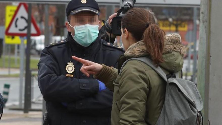 Efectivos de la Policía Nacional realizando controles en la frontera de España con Francia.