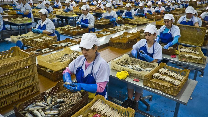 Un grupo de mujeres trabajando en una conservera.