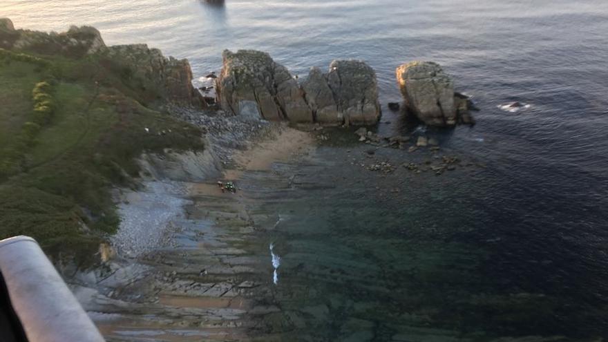 Rescatado un hombre caído por los acantilados de la playa de Cerrias