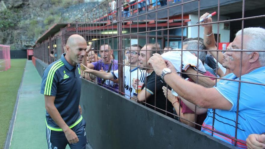 El estadio Silvestre Carrillo acogió con alegría a Zidane. Foto: JOSÉ AYUT.