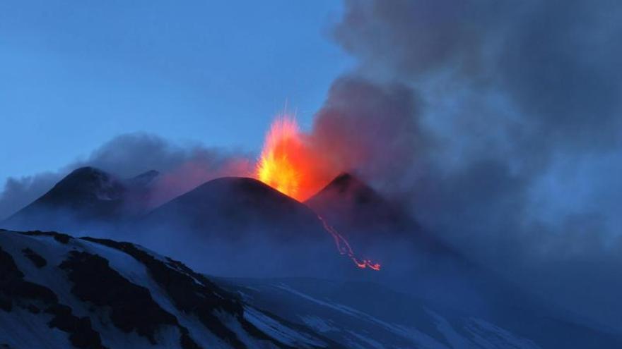 El volcán italiano Etna sigue en erupción