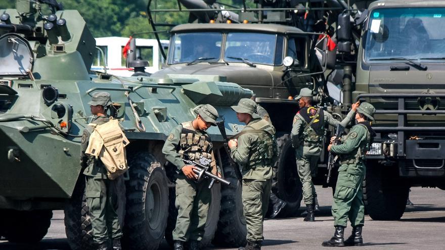 Venezuela envía más militares a zona de combates fronterizos, según una ONG