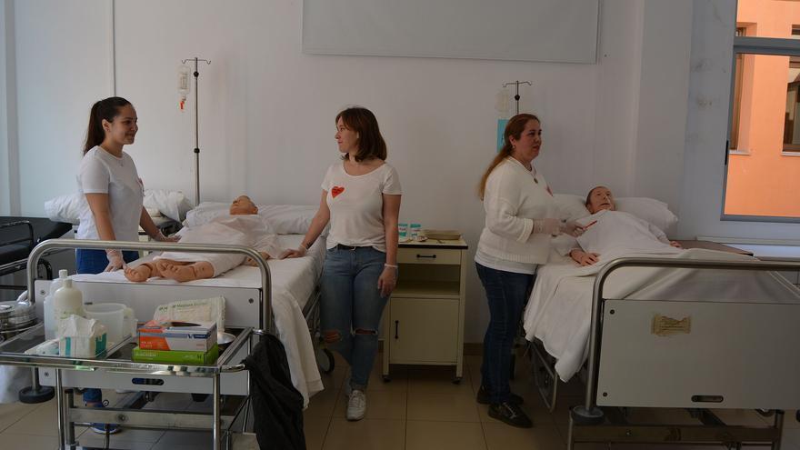 Alumnas de Enfermería en una clase práctica.