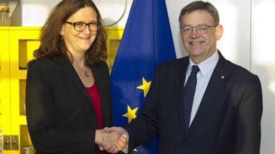 El president de la Generalitat Valenciana, Ximo Puig, en Bruselas con la comisaria europea de Comercio, Cecilia Malström.