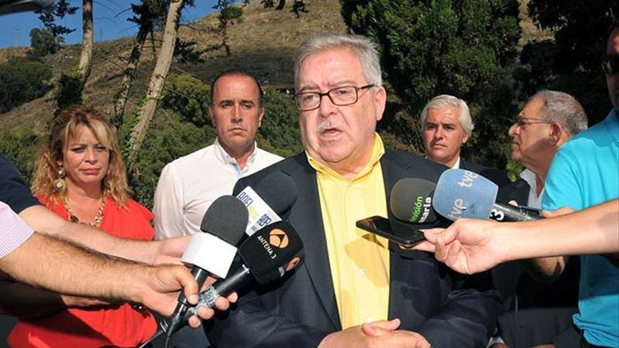 El presidente del Cabildo de Gran Canaria, José Miguel Bravo de Laguna, ha asegurado este jueves que mantiene su impulso al tren que uniría la capital con el sur.