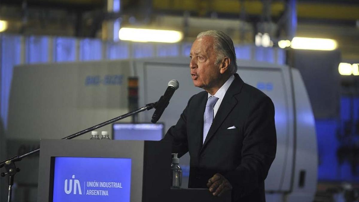 Daniel Funes de Rioja, presidente de la UIA, en el acto que se realizó en la fábrica de cerámicos Alberdi