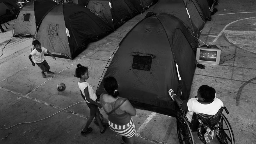 Refugio para personas afectadas por el terremoto en el Colegio de Manta, en Manta, provincia de Manabí.  Allí viven más de 290 personas. Fotografía: Albert Masias/MSF