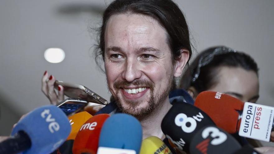 El líder de Podemos, Pablo Iglesias, responde a las preguntas de los periodistas en los pasillos de Congreso de los Diputados.
