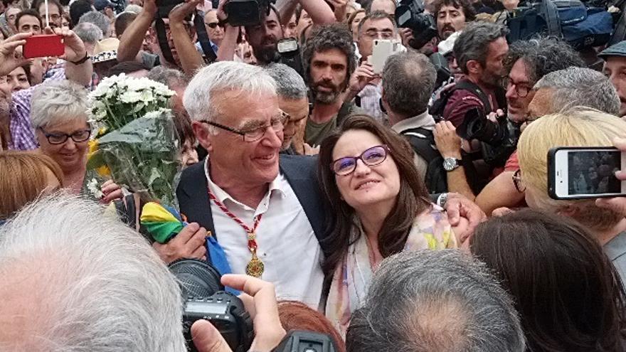 Joan Ribó junto a Mónica Oltra en la plaza del Ayuntamiento de Valencia el día de su investidura