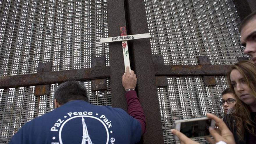 Muro fronterizo acoge una posada navideña a favor de la inmigración