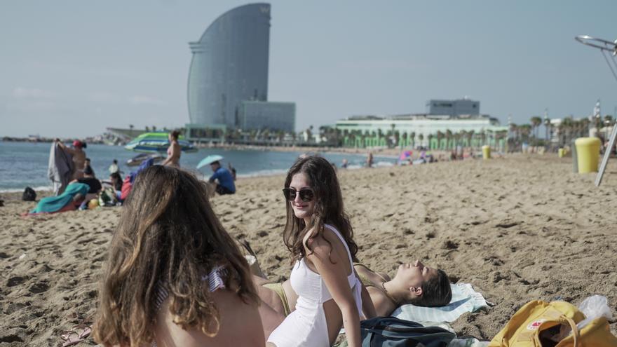Turistas italianos en la Barceloneta