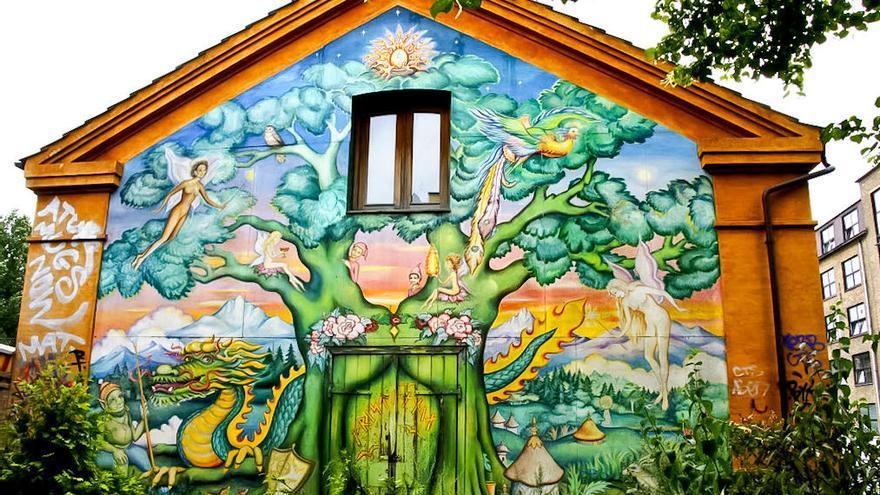 Mural en uno de los antiguos barracones militares en Christianía.