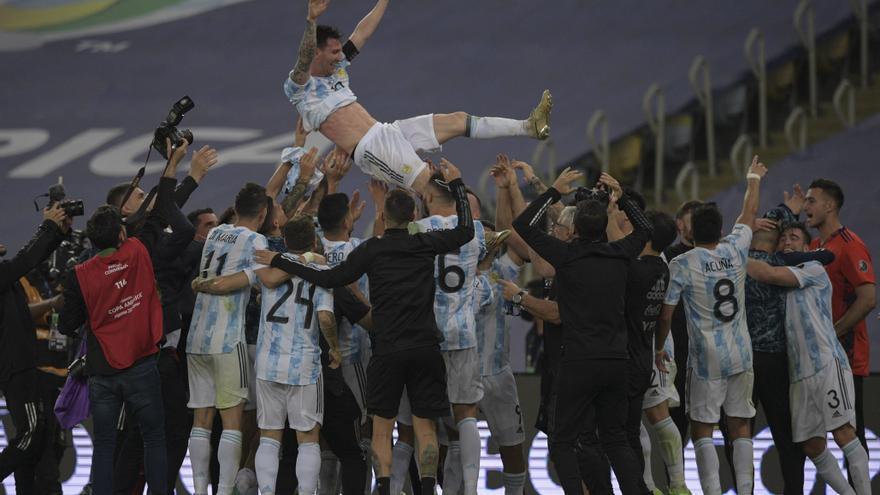 El festejo de la selección argentina, con Messi volando sobre sus compañeros