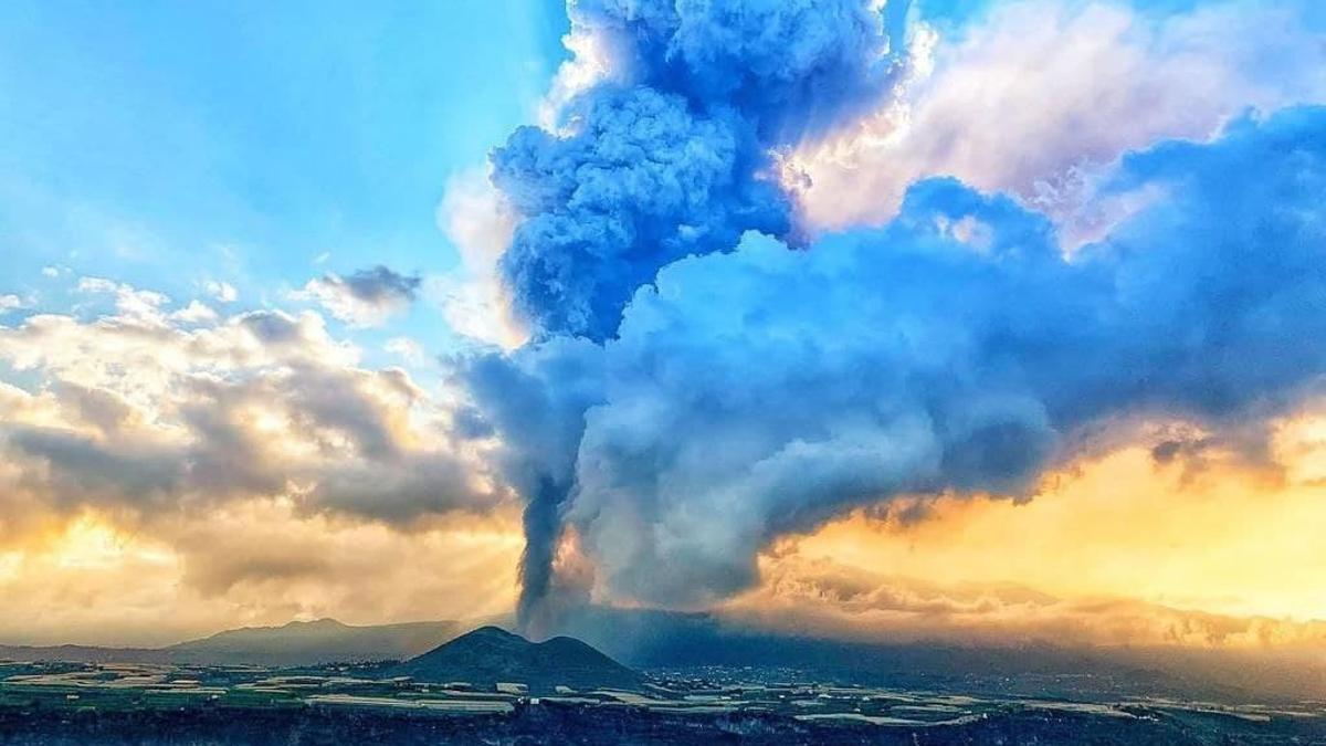 La columna de gases de la erupción del volcán de La Palma vista desde el mar.