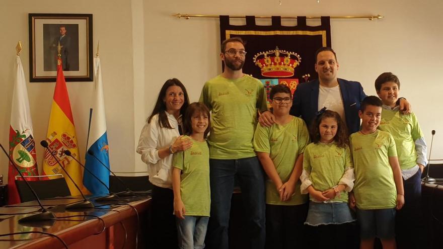 Los ajedrecistas con las autoridades municipales.