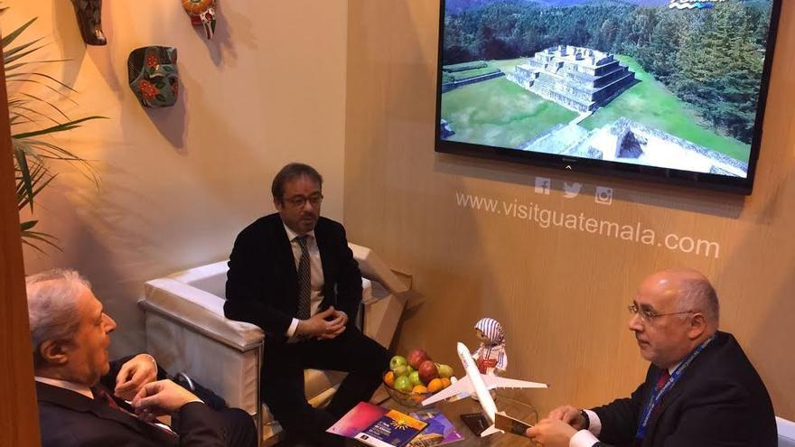 Antonio Morales y Raúl García Brink se reúnen con el embajador de Guatemala en España, Fernando Molina.