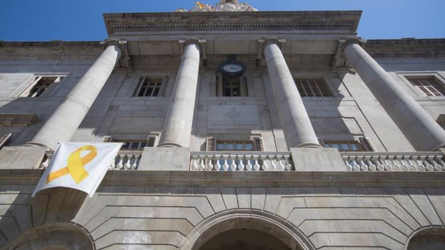 El Ayuntamiento de Barcelona retira el lazo por orden de la Junta Electoral