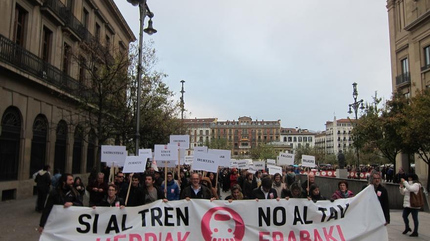 """Cientos de personas rechazan en Pamplona el TAV y piden un debate """"social y participativo"""""""