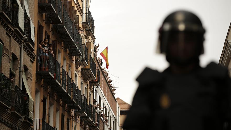 Al paso de la protesta por la calle del centro social, los ocupantes se asomaron ondeando una gran bandera de España.