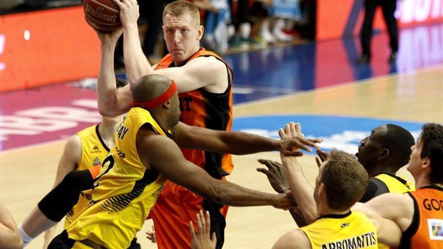 El alero letón del Montakit Fuenlabrada Rolands Smits (2i) entra a canasta ante el jugador del Iberostar Tenerife, el francés Tariq Kirksay (i)