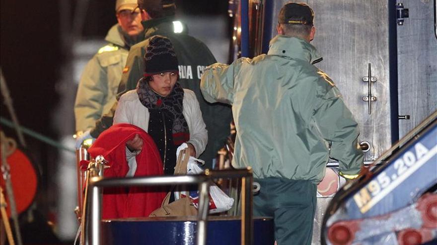 Llegan al puerto los 13 magrebíes rescatados a 53 millas del Cabo de Gata