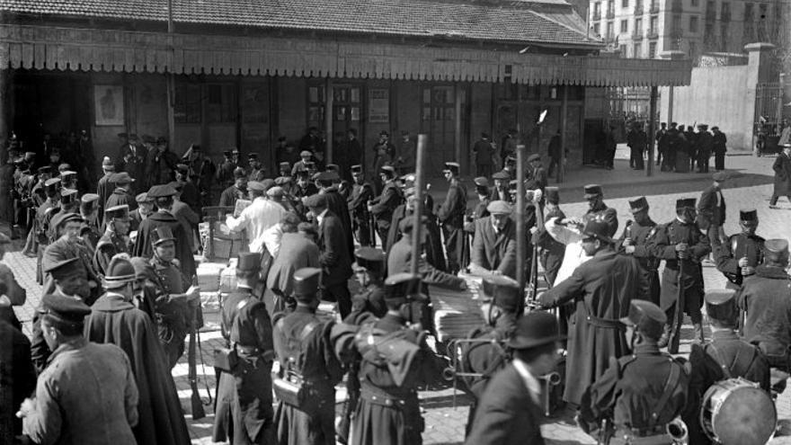 Forces militars custodien la premsa que arriba de Madrid durant la vaga general declarada arran del conflicte social originat per l'acomiadament d'obrers conegut com vaga de La Canadenca.