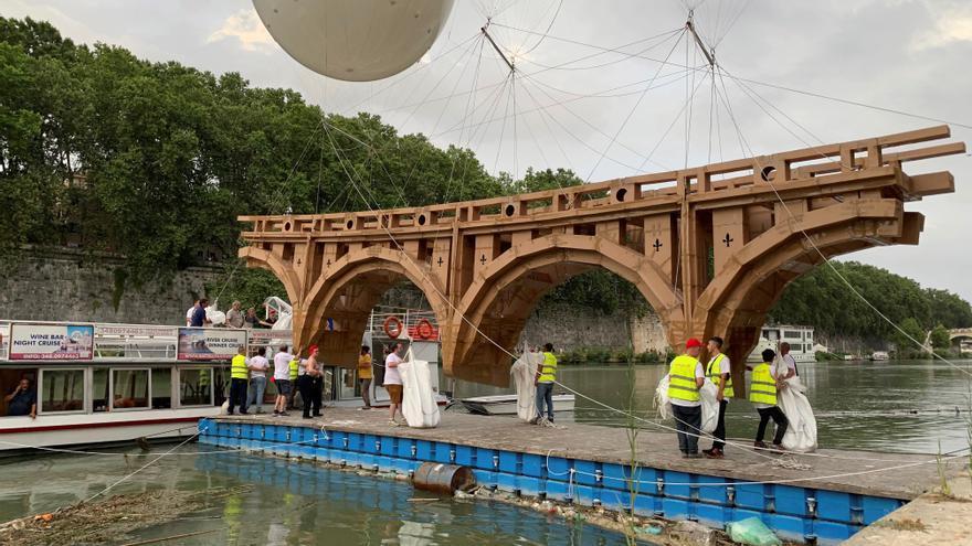 """Un puente """"volador"""" y efímero atraviesa el río Tíber de Roma"""