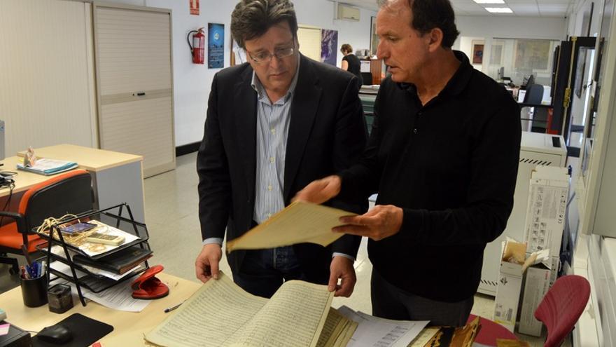 El concejal de Cultura, José Carlos Acha (i) y el director de la Banda de Música, Felipe Neri