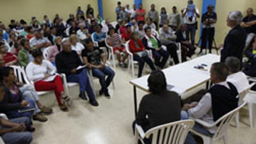 El consejero de Obras Públicas del Cabildo de Gran Canaria, Carlos Sanchez, en la reunión que mantuvo con los vecinos de Tunte.