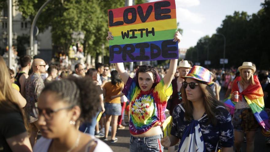 """Manifestante en el Orgullo madrileño: """"Love with pride"""". OLMO CALVO."""