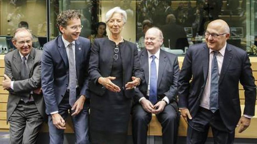 Lagarde, por el FMI, con miembros del Eurogrupo tras una reunión sobre Grecia. EFE