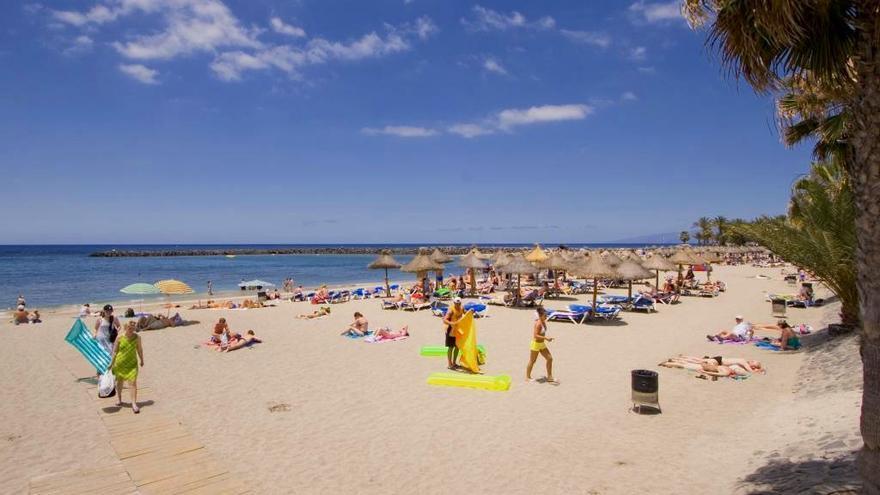 Turistas en una playa del sur de Tenerife