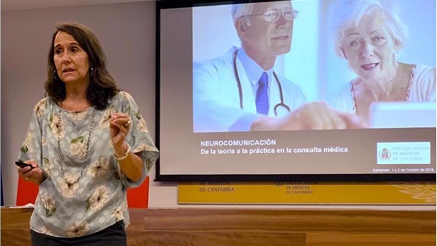 Nuria Martín en un curso de comunicación en el Colegio Oficial de Médicos de Cantabria.