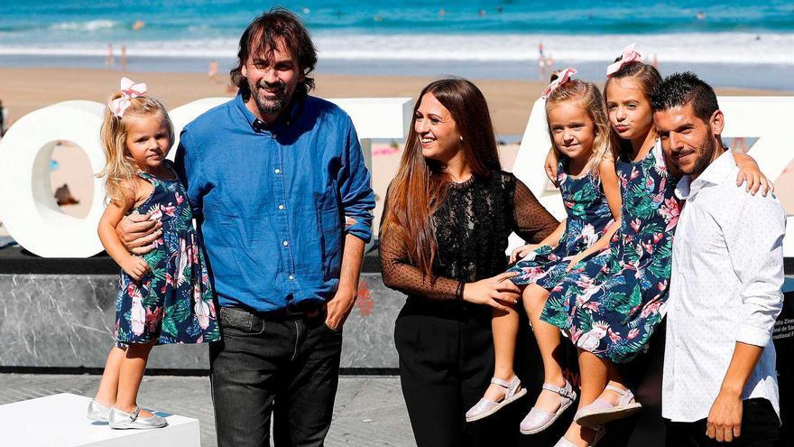 Isaki Lacuesta y el reparto de 'Entre dos aguas', en el photocall de San Sebastián