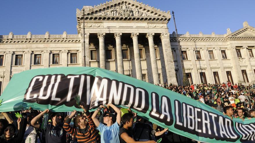 Concentración en favor de la legalización del Cannabis frente al Parlamento uruguayo. EFE