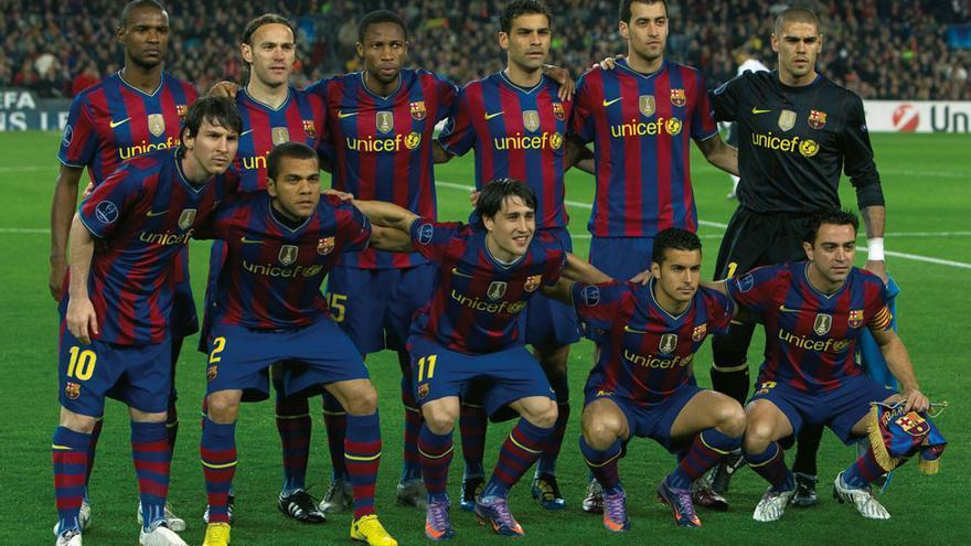 Formación que presentó el FC Barcelona en el partido de cuartos de final de la Liga de Campeones ante el Arsenal en un Camp Nou abarrotado. De arriba abajo y de izquierda a derecha forman: Abidal, Milito, Keita, Márquez, Busquets, Valdés (de pie); Messi, Alves, Bojan, Pedro y Xavi.