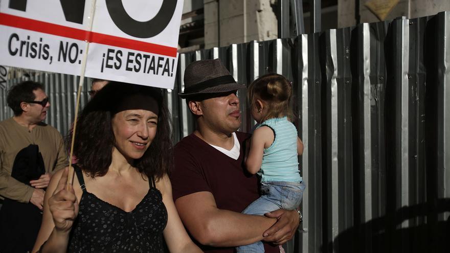 Una familia participa en la manifestación del 15M en su segundo aniversario / Olmo Calvo.