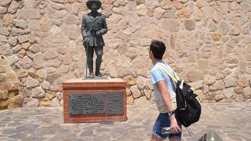 Una persona pasa por la antigua estatua de Franco en Melilla | Néstor Cenizo