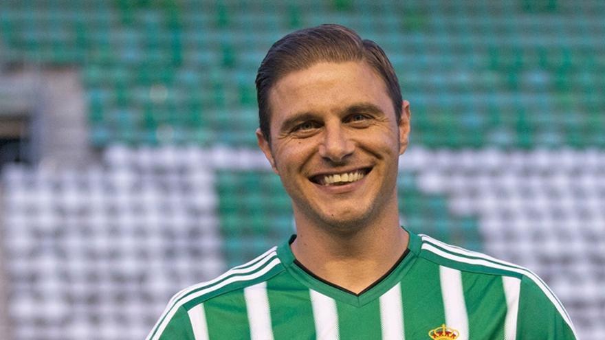 Joaquín posa en el campo de su club, el Real Betis Balompié.