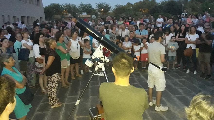 Momento en el que los miembros de Alba5 explican el eclipse de luna en el Jardín Botánico de Albacete.