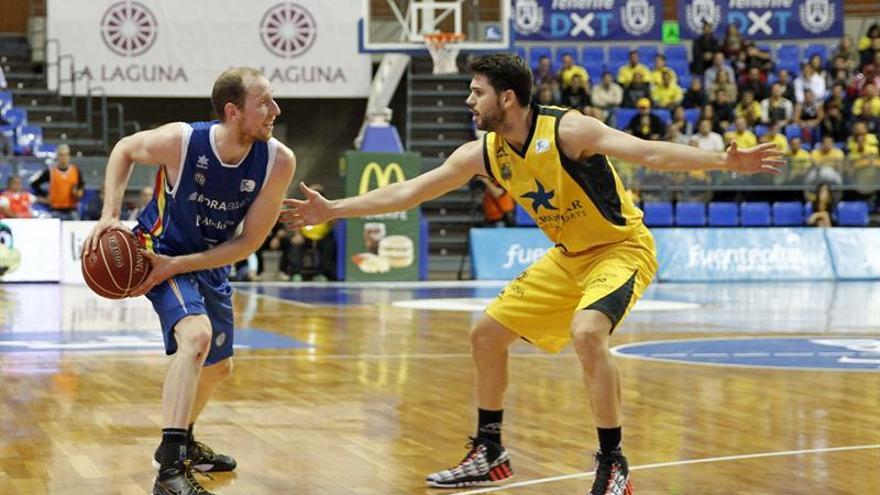 Thomas Schreiner (i), del Morabanc Andorra y Ricardo Uriz, del Iberostar Tenerife, durante el partido de la octava jornada de la fase regular de la Liga ACB que ambos equipos disputaron hoy en el Pabellón Insular Santiago Martín de La Laguna. EFE/Cristóbal García