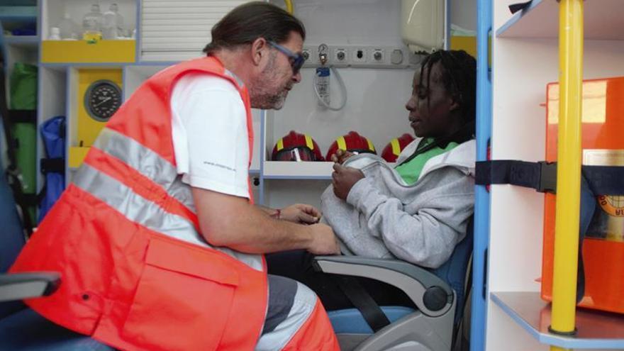 Trasladan al hospital a una embarazada que viajaba en patera llegada a Motril