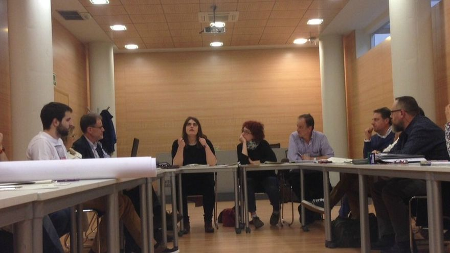 Uno de los encuentros entre políticos, técnicos y animalistas en Vitoria-Gasteiz. Foto: ATEA