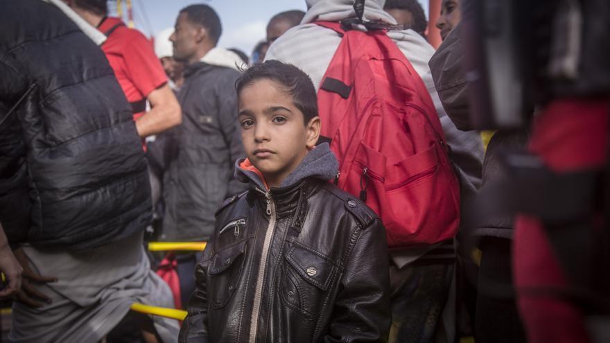 Samer (nombre ficticio), de ocho años, de Siria, se encuentra en la recepción del Vos Hestia después de ser haber sido rescatado del mar Mediterráneo por los miembros del equipo de Save the Children, el 12 de octubre de 2016. | Foto: Jonathan Hyams/Save the Children