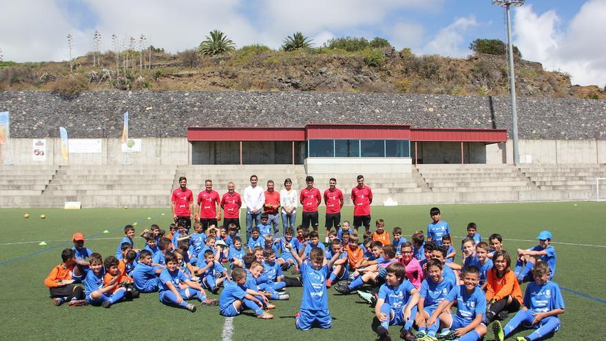 Niños y niñas este lunes en el Estadio de Breña Baja.